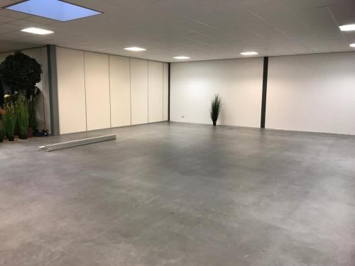 Microcement beton vloer behandeld met 'onbehandelde look' lak Eco Wood 2K